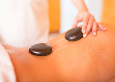 Hot Stone Massage im Wellnesszentrum